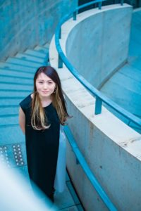 螺旋階段の曲線を活かしたドラマチックな印象を与える女性の写真