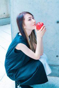 リンゴの小道具を使ったシンプルながら目を惹く女性の写真