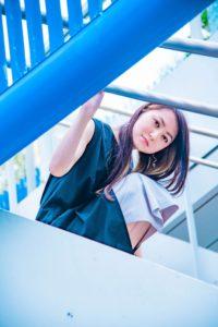 青いカラーがビビットに華やぐ爽やかな女性の写真